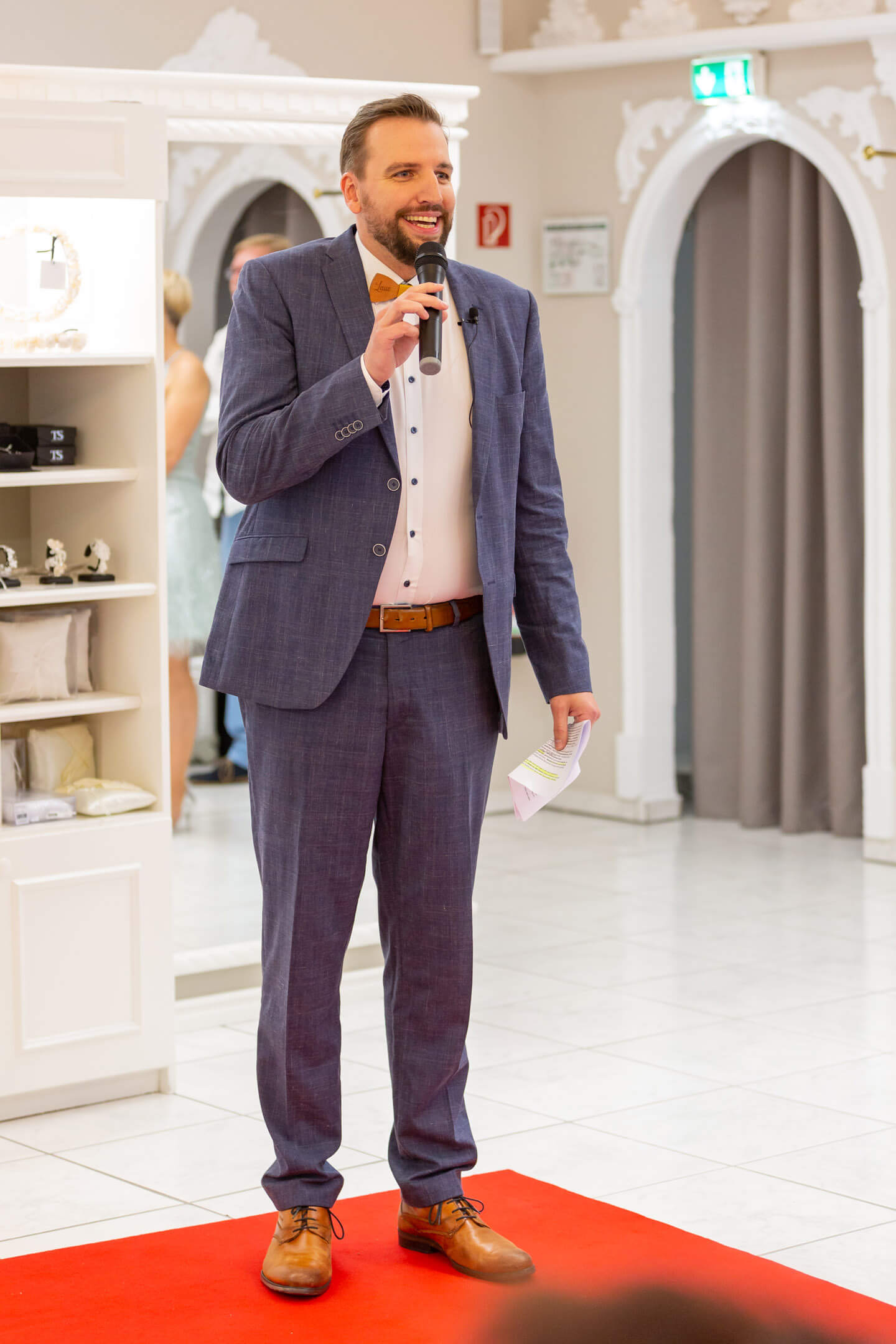 Laue Festgarderobe, Geschäftsführer Henning Jürgensen bei der Eröffnung der Fashionshow 2019