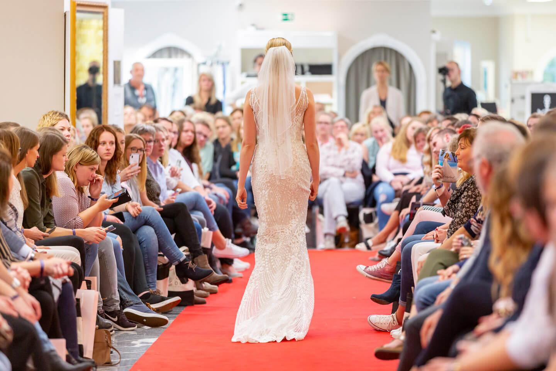 Eng geschnittenes Brautkleid auf der Laueland Inspo & Expo