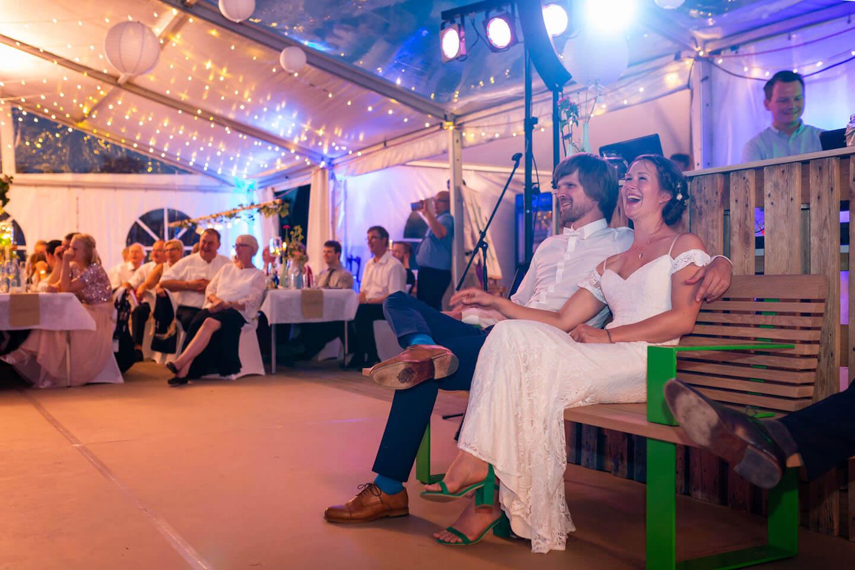 Hochzeitspaar während einer Präsentation auf einer Zelthochzeit