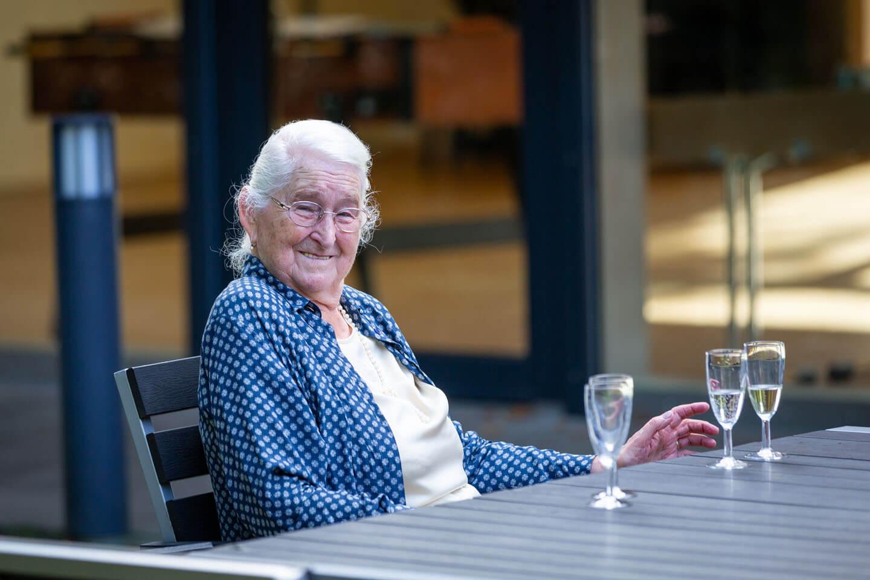 Großmutter lacht