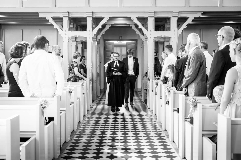 Weg des Hochzeitspaares zum Altar