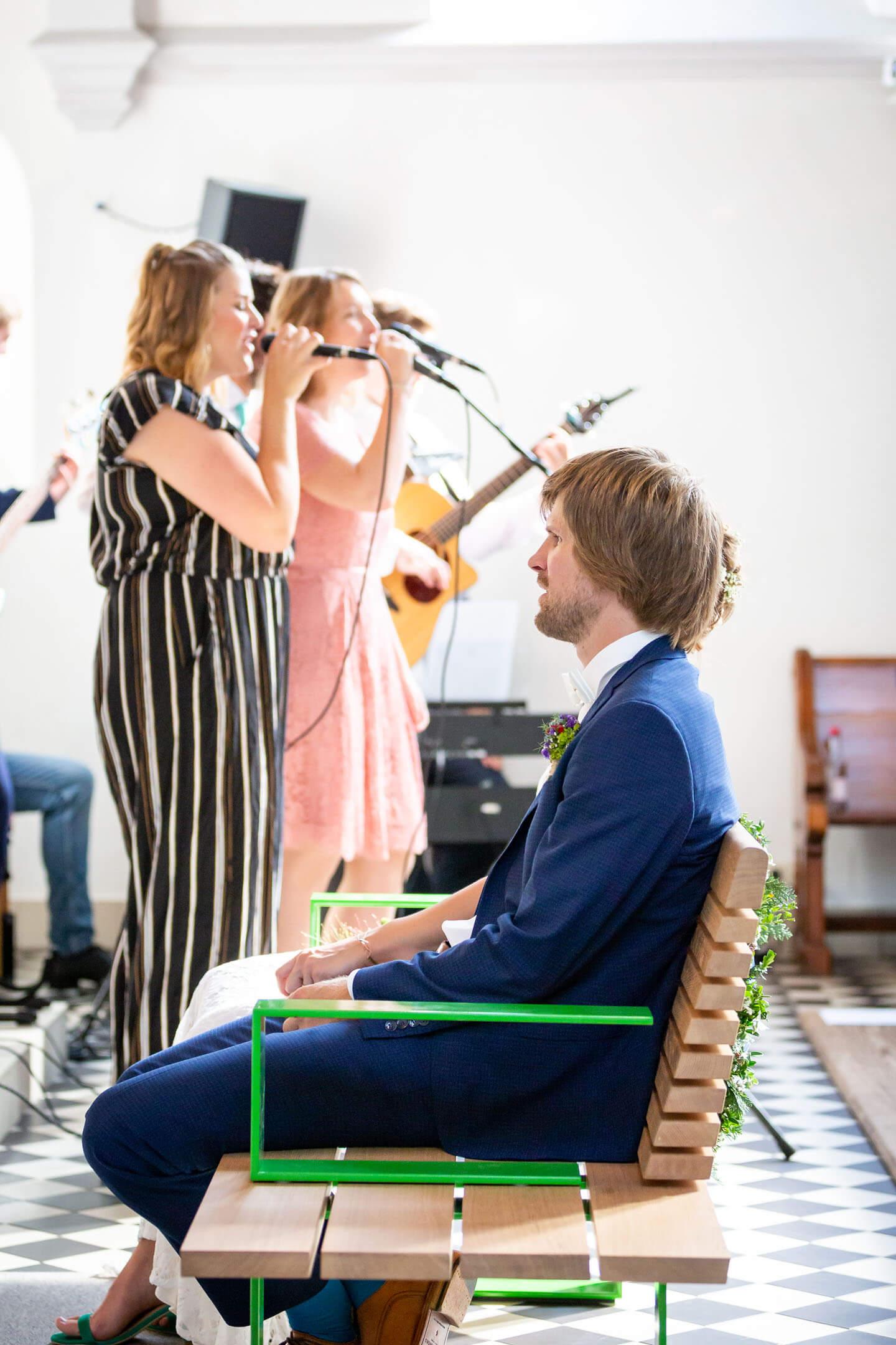 Sängerinnen und Hochzeitspaar
