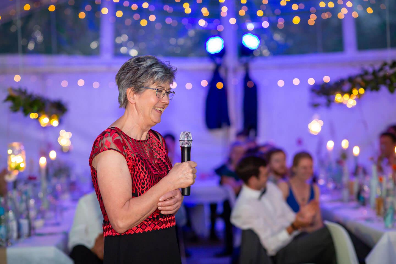 Bräutigamsmutter hält eine Rede bei der Hochzeitsfeier