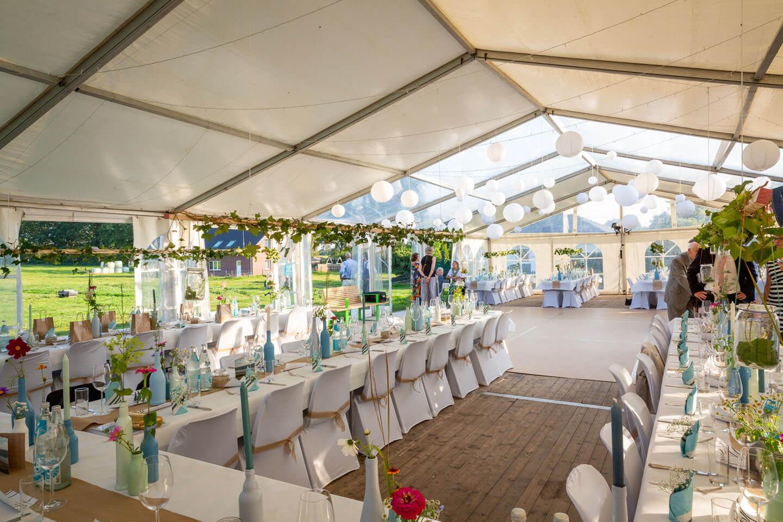 Geschmücktes Zelt für Zelthochzeit