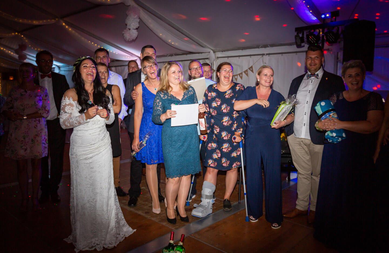 Hochzeitsgesellschaft im Partyzelt