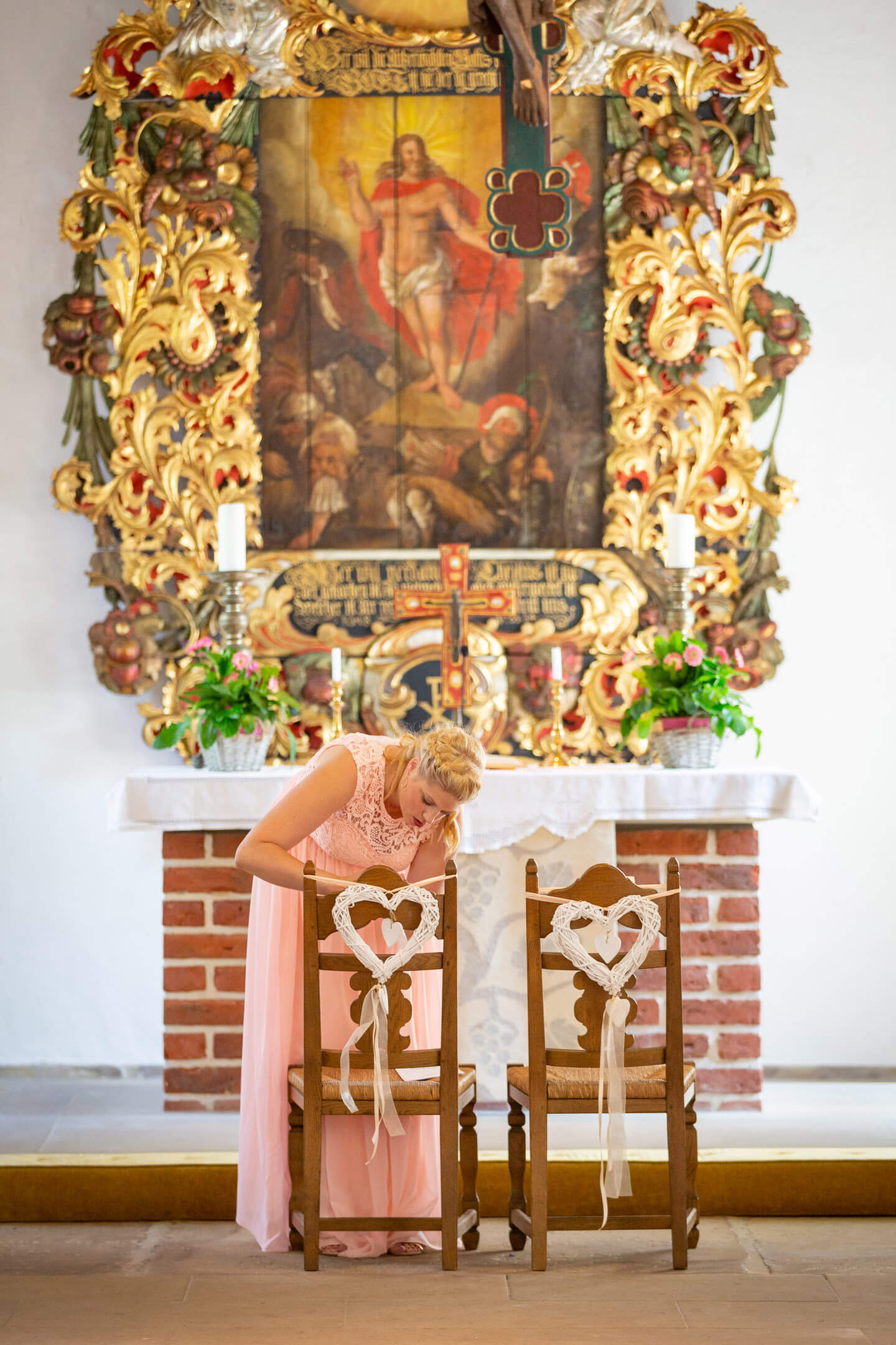 Die Trauzeugin hilft bei den letzten Vorbereitungen in der Kirche