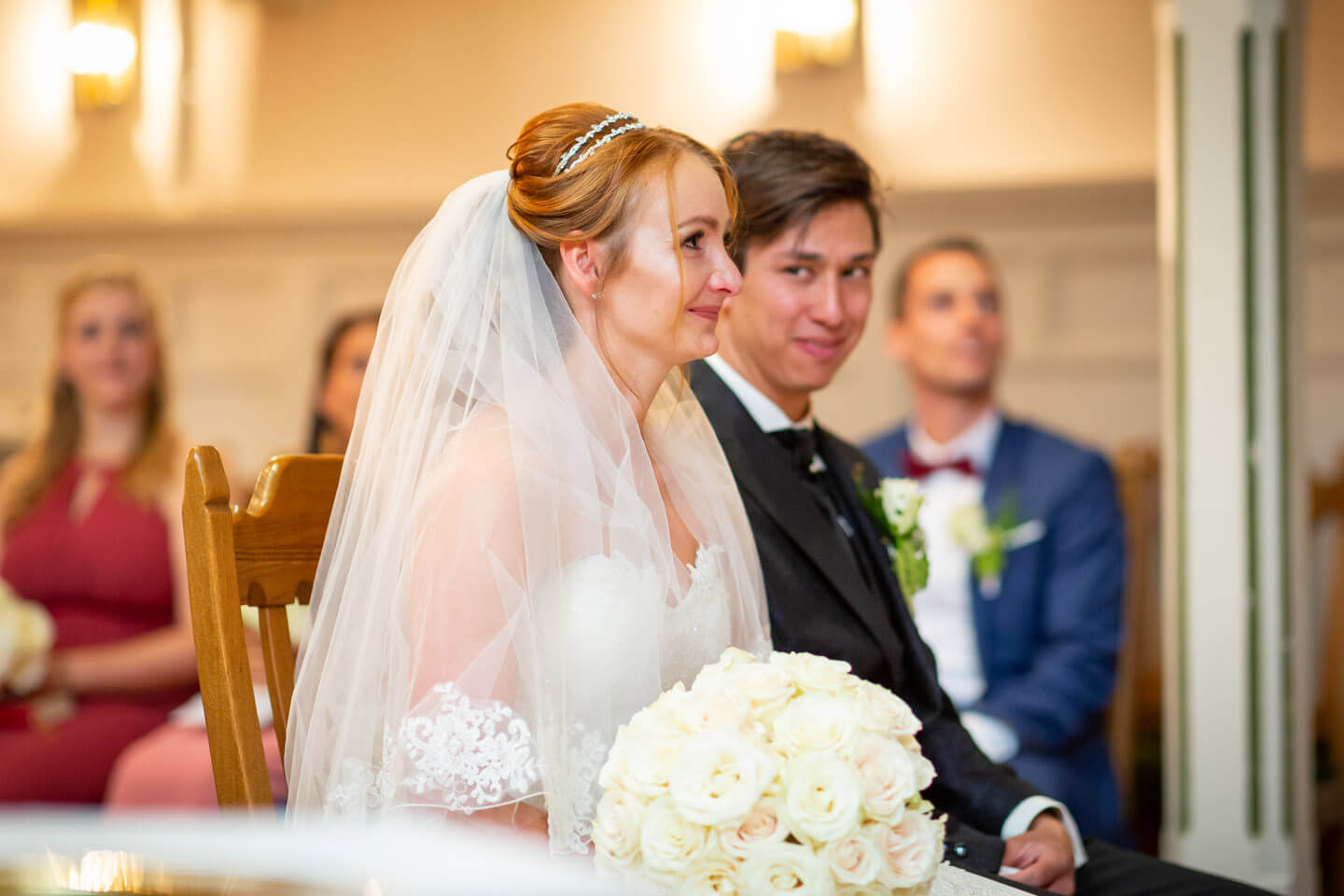 Brautpaar bei ihrer Trauung in der Sinstorfer Kirche