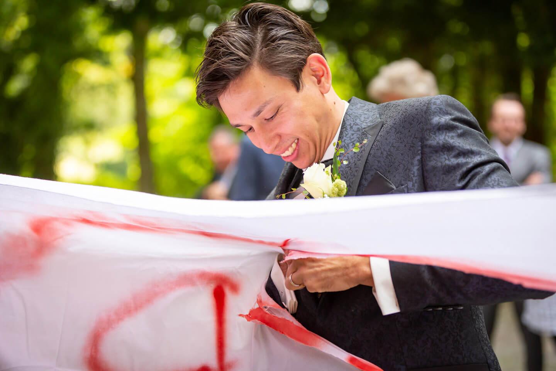 Hochzeit: Bettlaken Herz ausschneiden