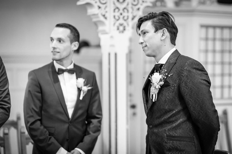 Brätigam und Trauzeuge warten in der Kirche Sinstorf auf die Braut