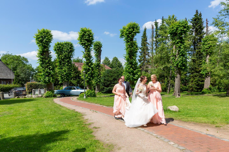 Braut und Brautjungfern erscheinen zur Trauung