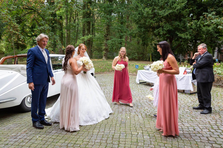 Die Braut trifft mit ihren Brautjungfern an der Kirche ein