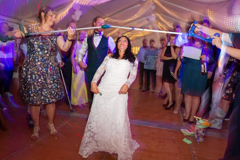 Braut tanzt Limbo