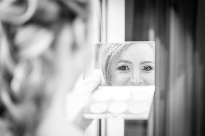 Blick in den Spiegel während des Brautstylings
