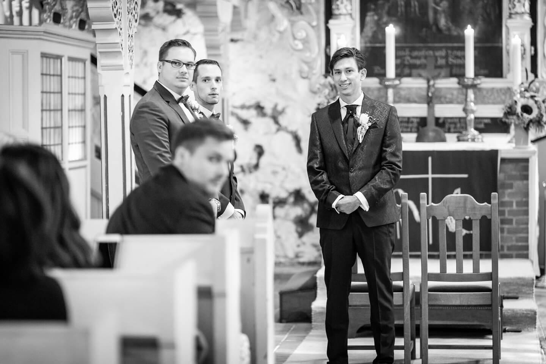 Bräutigam sieht seine Braut zum ersten Mal in der Kirche Sinstorf