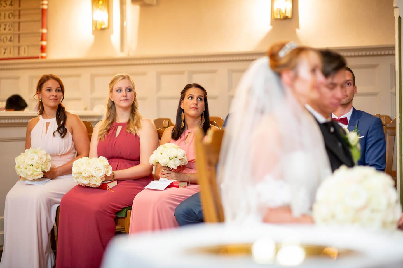 Brautjungfern während der Trauung in der Sinstorfer Kirche in Harburg