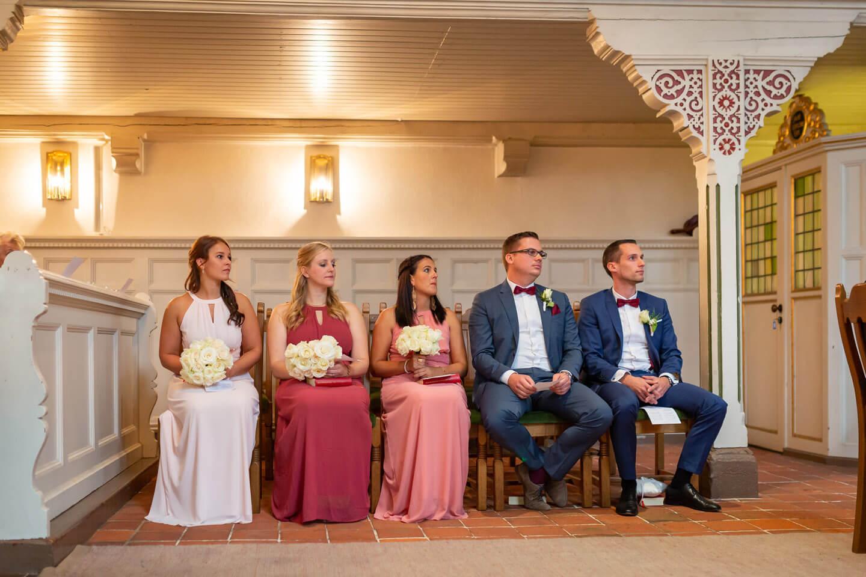Brautjungfern und Trauzeugen bei der kirchlichen Trauung in Harburg