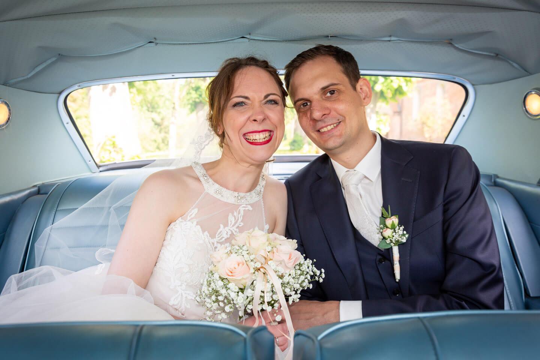 Hochzeitspaar im Chevrolet Impala