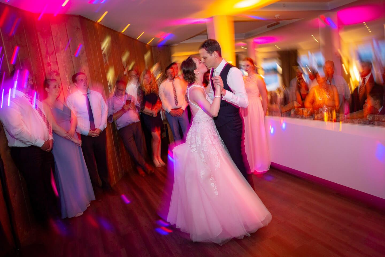 Eröffnungstanz des Brautpaars bei Hochzeit an der Elbe