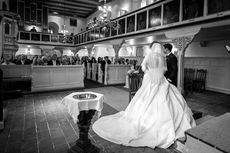 Hochzeitspaar blickt auf die Hochzeitsgesellschaft in der Sinstofer Kirche in Harburg