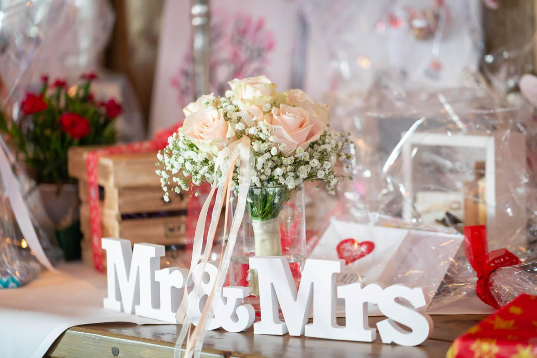 Brautstrauß auf dem Geschenketisch