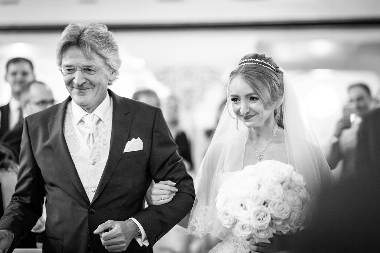Brautvater mit seiner Tochter beim Gang zum Altar