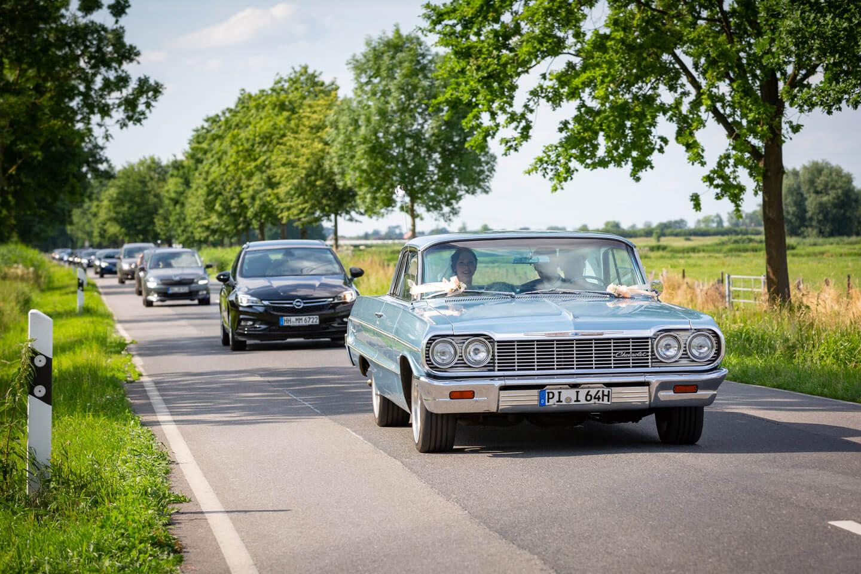 Hochzeitskorso mit Chevrolet Impala vorweg