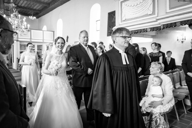 Braut Anja wird von ihrem Papa zum Altar begleitet.