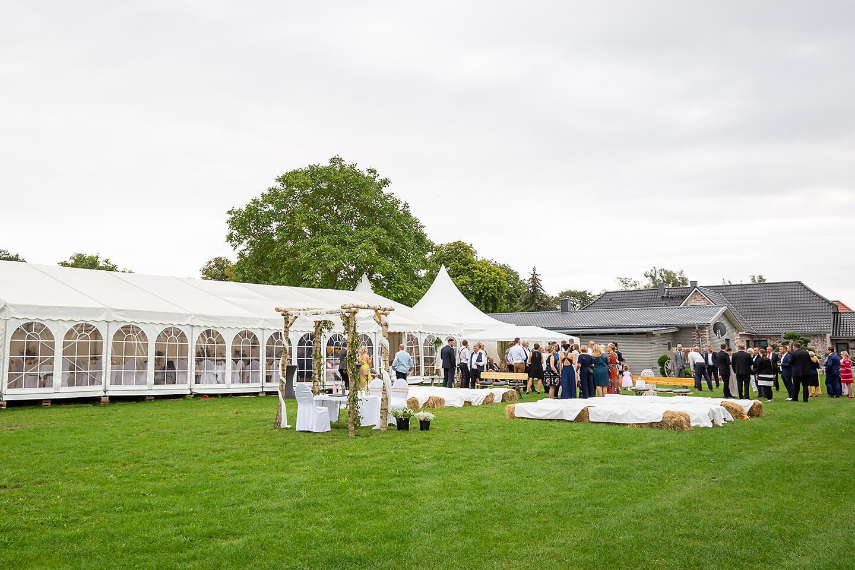 Gartenhochzeit mit großem Zelt