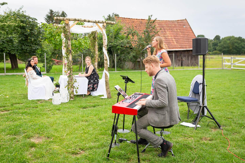 Live-Musik während einer stilvollen Gartenhochzeit