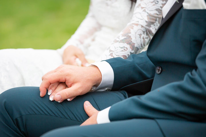 Händchenhalten Hochzeitspaar