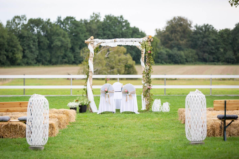 Selbst gebauter Hochzeitspavillon für eine Gartenhochzeit in Norddeutschland