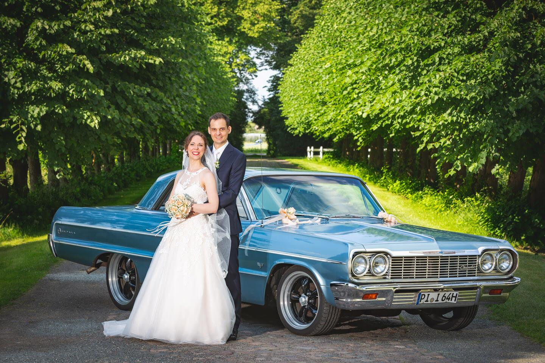 Hochzeitsfotograf Florian Läufer hat das Brautpaar vor einem 1964er Chevrolet Impala fotografiert.