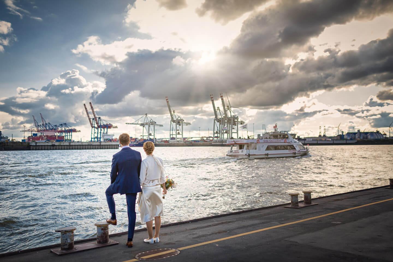 Hochzeitsfoto im Hamburger Hafen. Fotograf: Florian Läufer