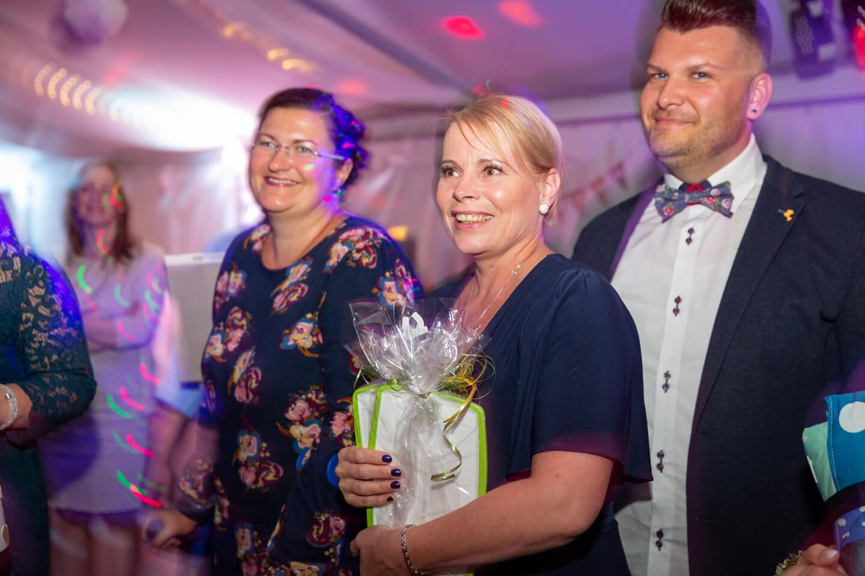 Glückliche Hochzeitsgäste im Festzelt