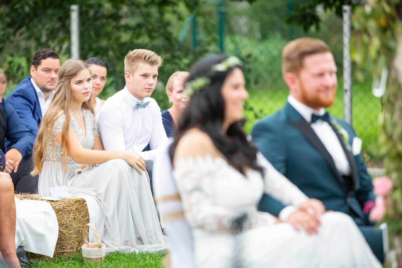 Hochzeitsgäste bei Gartenhochzeit
