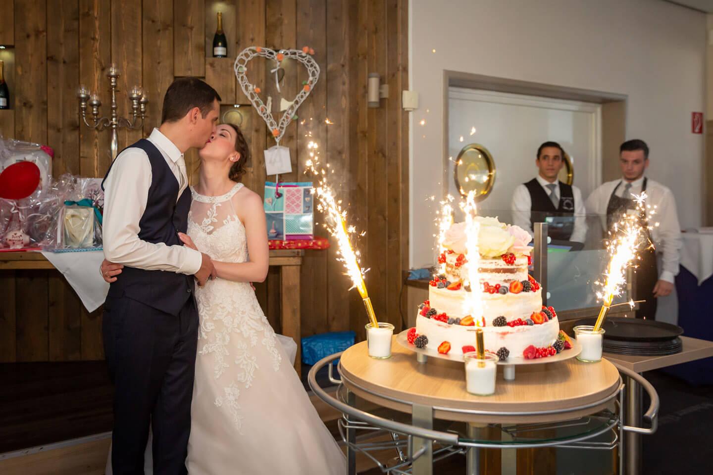 Die Hochzeitstorte wird mit Feuerwerk in den Saal gefahren.