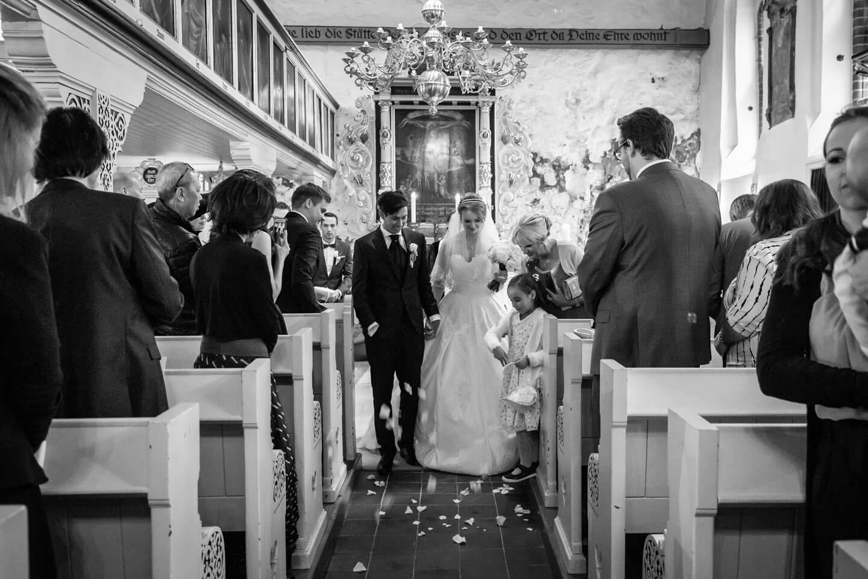 Auszug des Brautpaars mit Blumenkind