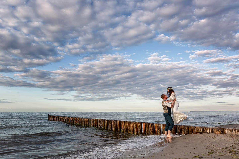 Brautpaar am Strand von Kühlungsborn. (Foto: Florian Läufer)