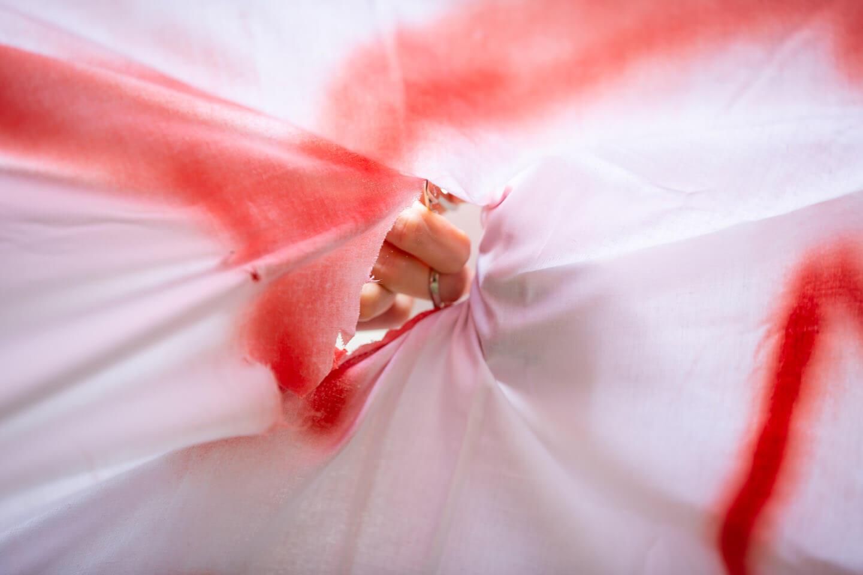 Nagelschere Bettlaken ausschneiden