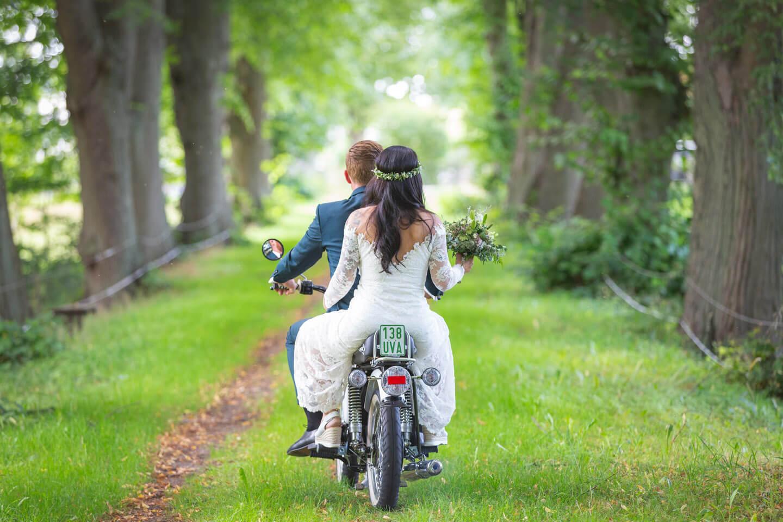 Der Hamburger Hochzeitsfotograf Florian Läufer lichtete hier ein Brautpaar auf einer Simson ab
