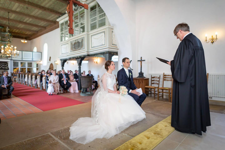 Pastor Nagel hält die Predigt bei einer kirchlichen Trauung in der St.-Gabriel-Kirche