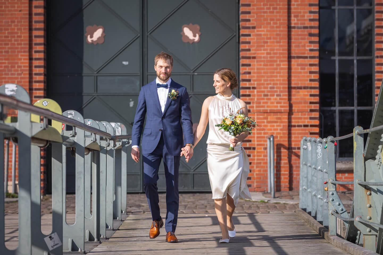 Hochzeitspaar vor der Fischauktionshalle in Hamburg