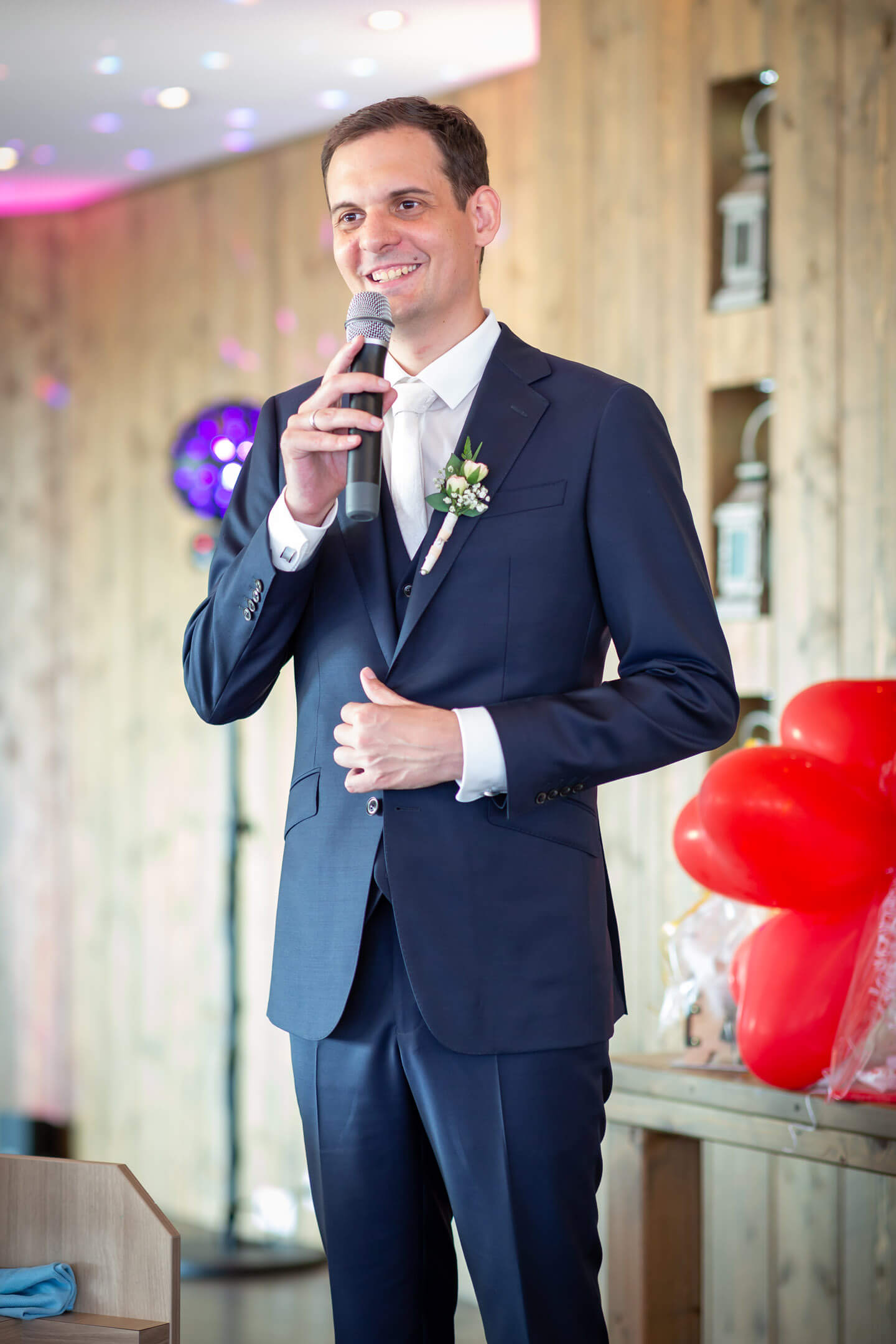 Bräutigam begrüßt seine Gäste im Schulauer Fährhaus.