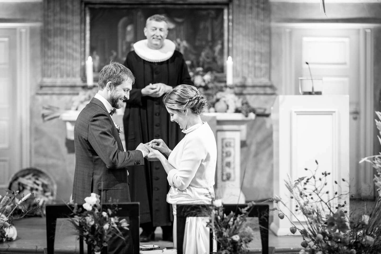 Eheringe aufstecken bei einer Trauung in der St. Pauli Kirche