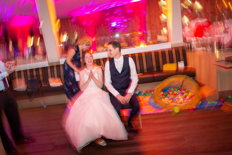 Brautpaar bei einem Spiel auf ihrer Hochzeitsparty