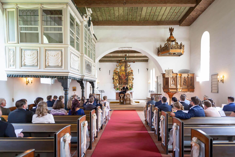 Blick in das Kirchenschiff der St.-Gabriel-Kirche in Haseldorf