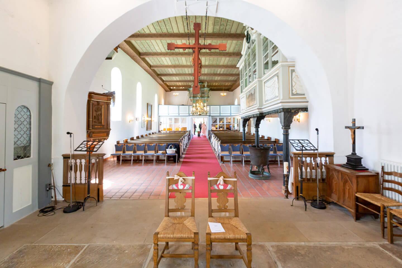 Blic k vom Altar in das Kirchenschiff der St.-Gabriel Kirche bei Wedel