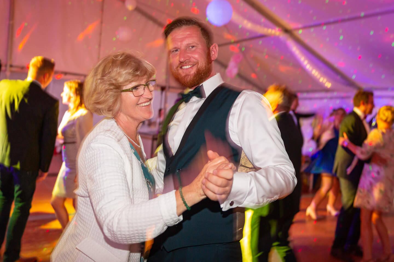 Bräutigam tanzt mit seiner Mama
