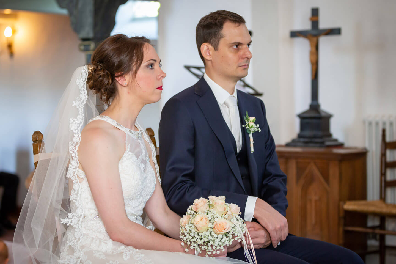 Brautpaar hält sich die Hand bei ihrer Trauung