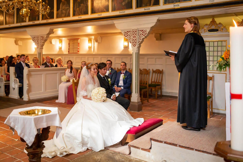 Hochzeit in der Sinstorfer Kirche. Die Pastorin spricht die Predigt